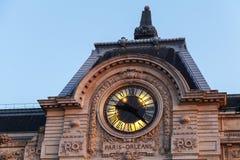 Alte Uhr auf der Wand von Orsay-Museum in Paris Stockbild