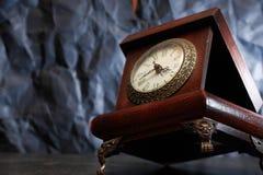 Alte Uhr auf Dunkelheit Stockbilder