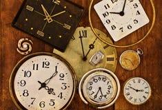 Alte Uhr auf einem grungy Hintergrund Stockfoto
