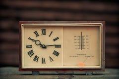Alte Uhr auf einem hölzernen Lizenzfreies Stockfoto