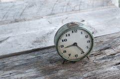 Alte Uhr auf einem Holz Stockfoto