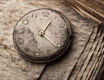 Alte Uhr auf einem Manuskriptbuch Lizenzfreies Stockbild