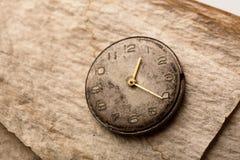Alte Uhr auf einem Manuskriptpapier Lizenzfreie Stockfotografie