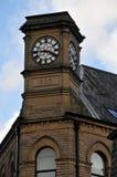 Alte Uhr auf einem Steinturm mit blauem Himmel hebden herein Brücke Lizenzfreie Stockbilder