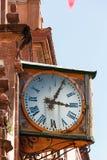 Alte Uhr auf einer Kirchenfassade Stockbilder