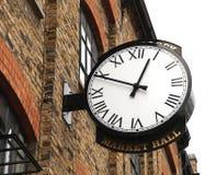 Alte Uhr auf Fabrikgebäude Lizenzfreies Stockfoto