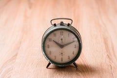 Alte Uhr auf hölzerner Tabelle Lizenzfreies Stockbild
