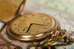 Alte Uhr auf Karte Stockbilder