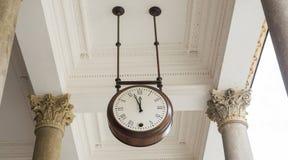 Alte Uhr am Bahnhof des Ortes Stockbilder