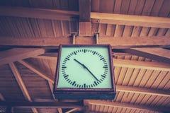 Alte Uhr an der Bahnstation Stockbilder