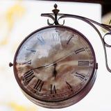 Alte Uhr der großen Weinlese, die an der Wand hängt Lizenzfreie Stockfotos