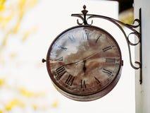 Alte Uhr der großen Weinlese, die an der Wand hängt Stockfotografie