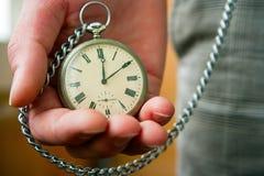 Alte Uhr in der Hand Stockbilder