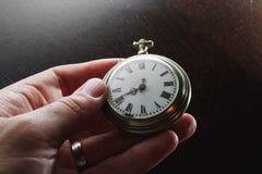 Alte Uhr in der Hand Stockbild