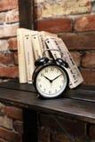 Alte Uhr der Weinlese auf buntem Hintergrund (Doppelbelichtung) Stockfoto