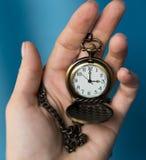 Alte Uhr der Weinlese auf einer Kette Hand, die eine Uhr auf einer Kette hält Stockbild