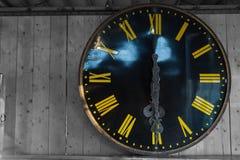 Alte Uhr der Weinlese auf hölzernem Schwarzweiss-Hintergrund, Kopienraum Lizenzfreies Stockbild