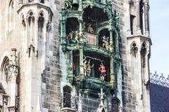 Alte Uhr des Marienplatz-Rathauses von München, Deutschland, Bayern Stockfotografie