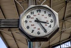 Alte Uhr an einer Bahnstation in der Stadt von Porto, Portugal Stockfotografie