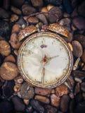 Alte Uhr im Retro- Weinlesehintergrund der Kunst Lizenzfreie Stockfotos