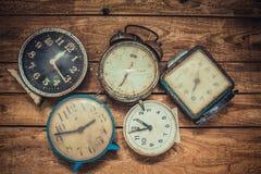 Alte Uhr im Retro- Weinlesehintergrund der Kunst Lizenzfreie Stockfotografie