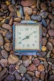 Alte Uhr im Retro- Weinlesehintergrund der Kunst Lizenzfreies Stockbild