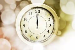 Alte Uhr mit bokeh Hintergrund Stockfotografie