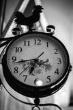Alte Uhr mit einem Hahn Lizenzfreies Stockfoto