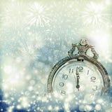 Alte Uhr mit Feuerwerken und Lichterkette Lizenzfreie Stockfotos