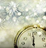Alte Uhr mit Feuerwerken und Lichterkette Lizenzfreie Stockfotografie