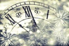 Alte Uhr mit Feuerwerken und Lichterkette Lizenzfreies Stockbild
