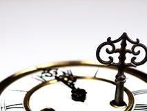 Alte Uhr mit römischen Ziffern und Schlüssel Stockbild