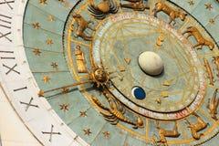 Alte Uhr mit Sternzeichen Stockfotos