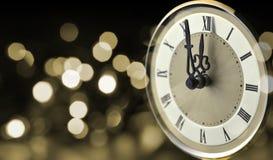 Alte Uhr um Mitternacht des neuen Jahres stockfotografie