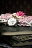 Alte Uhr und Bücher Stockfotografie