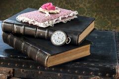 Alte Uhr und Bücher Stockbild
