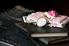 Alte Uhr und Bücher Stockbilder