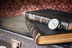 Alte Uhr und Bücher Lizenzfreie Stockbilder