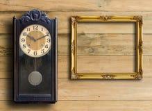 Alte Uhr und Bilderrahmen Stockbild