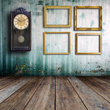 Alte Uhr und Bilderrahmen Lizenzfreie Stockbilder