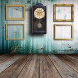 Alte Uhr und Bilderrahmen Lizenzfreie Stockfotos