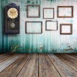 Alte Uhr und Bilderrahmen Stockfoto