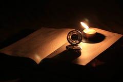 Alte Uhr und Buch Stockbild