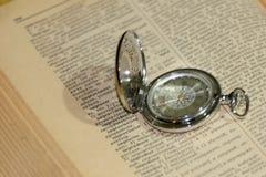 Alte Uhr und Buch Lizenzfreies Stockfoto