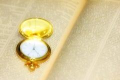 Alte Uhr und Buch Lizenzfreie Stockbilder