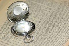Alte Uhr und Buch Lizenzfreies Stockbild