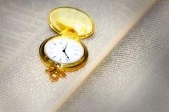 Alte Uhr und Buch Lizenzfreie Stockfotos