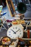 Alte Uhr und Grammophon auf Flohmarkt in Paris Lizenzfreies Stockbild