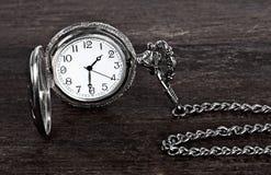 Alte Uhr und Kette Stockfotografie