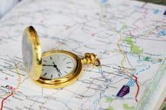 Alte Uhr und Landkarte Stockfotografie